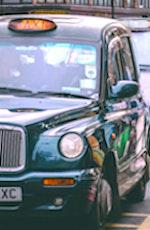 Aujourd'hui à Paris, on trouve des taxis londoniens qui offrent une meilleure sécurité sanitaire à leurs passagers.