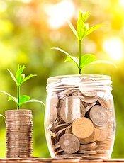 un bocal rempli de pièces pour illustrer l'épargne des Français qui doivent dépenser plus