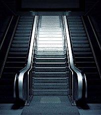 escalier de métro qui illustre la fin de l'obligation d'une attestation employeur