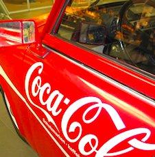 Une voiture qui arbore la marque Coca-Cola pour illustrer une invasion publicitaire visuelle