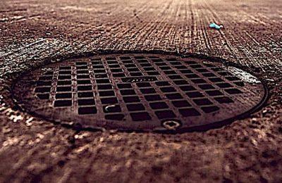 Les mégots jetés par terre, dans les bouches d'égout, polluent directement l'eau de la mer.