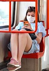 Les masques obligatoires dans les lieux publics clos sont désormais la règle.
