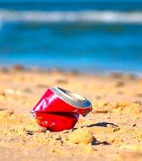 une cannette laissée sur la plage un des gestes propres à enseigner