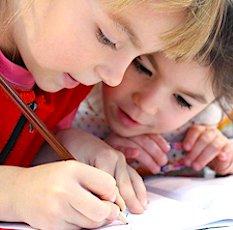 deux enfants faisant un devoir scolaire pour illustrer une allocation de Rentrée Scolaire 2020  augmentée