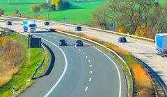 Rouler moins vite sur les autoroutes permettrait de décarboner le trafic routier.