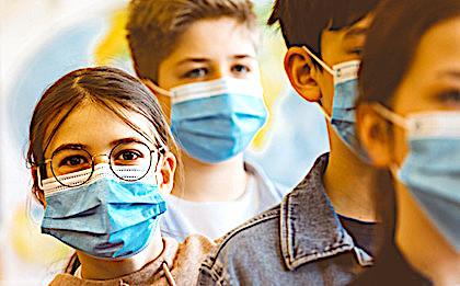La gratuité des masques pour les lycéens franciliens entraînera la distribution de deux masques lavables à la rentrée.
