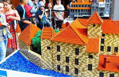 Une exposition de sites historiques en briques de LEGO valorise le patrimoine auvergnat