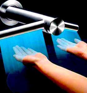 Le sèche-mains à air pulsé est plus contaminant que le séchage avec du papier