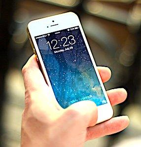 un portable dans une main pour le danger d'une émission des ondes