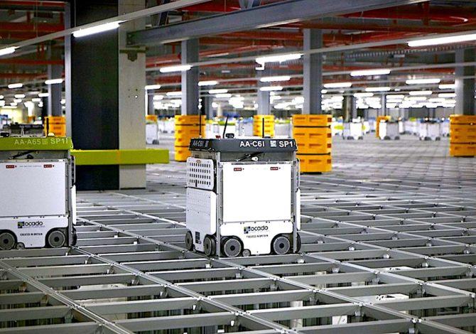 Un nouvel entrepôt de Monoprix prépare des commandes plus vite grâce à des robots