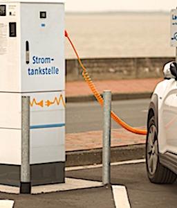 En proposant des bornes gratuites de recharges électriques, la startup Power Dot est en train de gagner des parts de marchés en France.