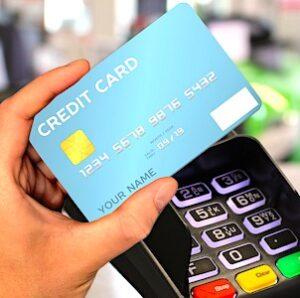 Payer par carte bancaire est devenu un usage plus fréquent que le paiement en espèces.