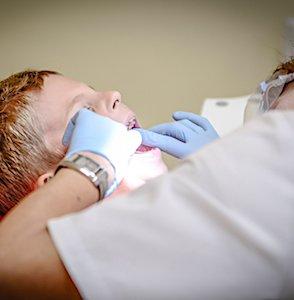 un enfant et un dentiste contre une évolution des déserts médicaux