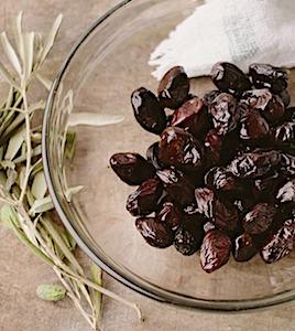 La cueillette de l'olive noire de Nyons est un moment attendu, qui précède la production d'une huile savoureuse.