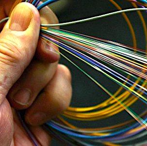 vue d'une main et de fils optiques qui vont fibrer la France entière