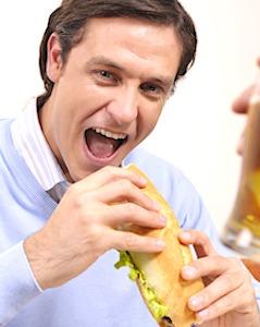 Bientôt, manger à son poste de travail devrait être possible en entreprise.