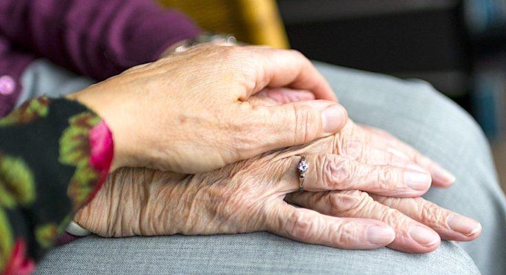 Les vaccinations des seniors isolés doivent mieux s'organiser