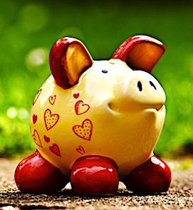 Une tirelire en forme de cochon pour symboliser une épargne forcée