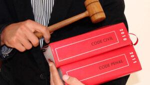 livres de loi qui ont servi de base pour juger une arnaque à Nantes