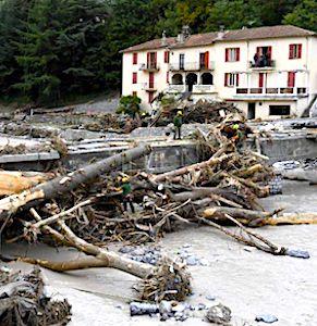 Pour désenclaver les habitants isolés de Breil-sur-Roya, une opération de secours urgente a permis de construire un pont.