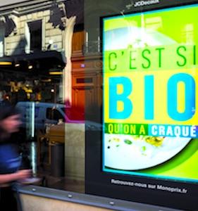 Une interdiction de certaines publicités lumineuses dans les vitrines pourraient bientôt survenir, pour cause de pollution environnementale.