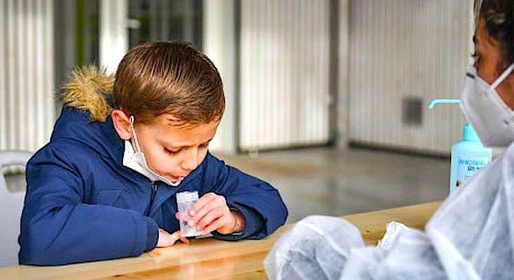 Les tests salivaires anti-Covid sont désormais autorisés dans les écoles.
