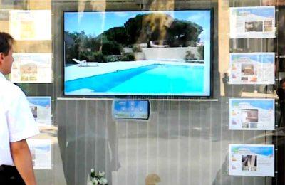 Certaines publicités lumineuses dans les vitrines pourraient bientôt être interdites.