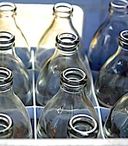 vue de consigne de bouteilles en verre
