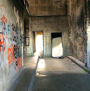 Une rénovation urbaine insuffisante stigmatise aujourd'hui le centre-ville de Marseille, malgré des promesses officielles de rénovation.