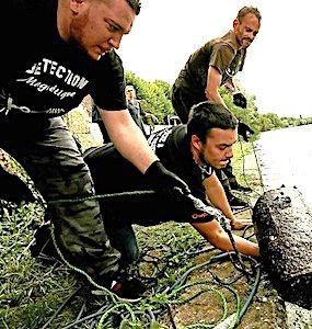 Dans la Sarthe, la pêche à l'aimant permet de dépolluer la rivière et les cours d'eau, grâce à une association de bénévoles.
