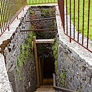 vue des marches de l'escalier pour la restauration du puits à Grey