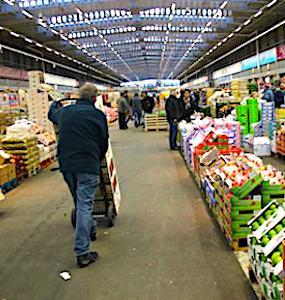 vue d'une allée et échoppe dans une extension du marché de Rungis
