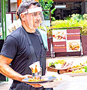 vue d'un serveur de restaurant en terrasse avec une aide à la reprise