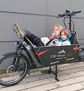 Les vélos-cargos urbains deviennent un moyen familial de locomotion qui s'intensifie.