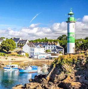 Cet été, pour les vacanciers français, le choix de la Bretagne sera très populaire, d'après différentes enquêtes touristiques.