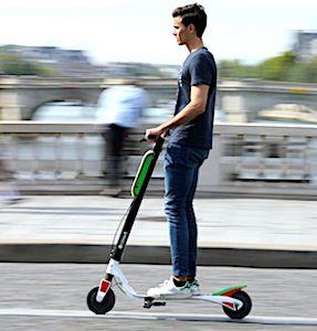 Les dangers des trottinettes électriques viennent d'entraîner une nouvelle limitation de vitesse à Paris, autorisant seulement 10 km/heure.