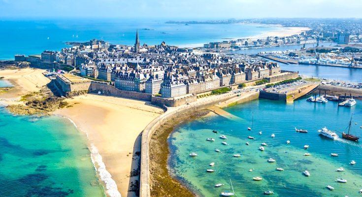 Cet été, pour les vacanciers français, le choix de la Bretagne sera très populaire.