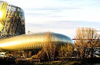 Visiter la Cité du Vin permet de découvrir un musée à Bordeaux qui met les vins du monde entier à l'honneur