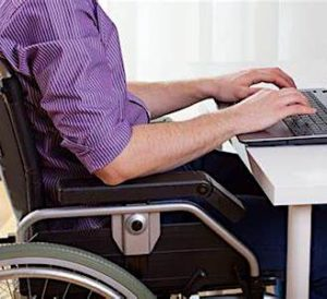 personne en fauteuil roulant pour les discriminations liées à des handicaps