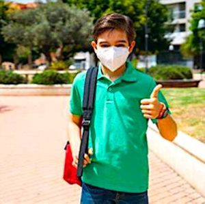 un enfant portant un masque pour un abandon du masque obligatoire