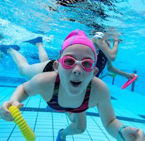 Avec des cours de natation gratuits, Rouen veut rattraper le retard de certains élèves. Privés de piscine pendant la crise sanitaire.
