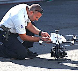un policier qui montrer un usage des drones policiers
