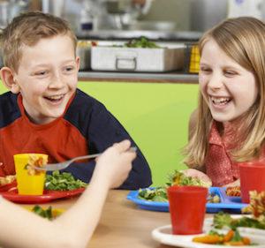 Les repas servis dans les cantines scolaires doivent maintenant respecter une législation qui risque d'être problématique pour les petites communes.