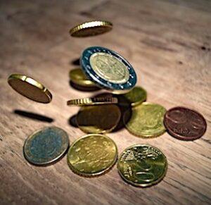 des pièces de monnaie pou illustrer la taxe Covid