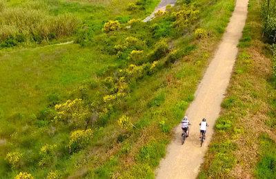 Le cyclotourisme vert permet de découvrir une voie très agréable, à proximité du Canal du Midi et des vignes.